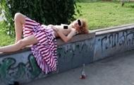 Жители Запорожья обнаружили спящую полуголую девушку