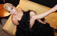"""Леди Гага """"отрастила"""" длинный нос и зубы между ног"""