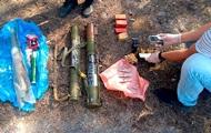 На Донбасі біля колишньої бази відпочинку знайшли схованку зі зброєю