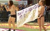 Femen влаштували акцію протесту на квітковому килимі в Брюсселі