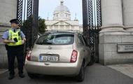 В Дублине женщина въехала в ворота здания правительства