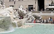 В Риме туристы искупались голышом в фонтане