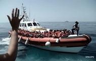 Италия разрешила сойти на берег больным мигрантам с заблокированного судна