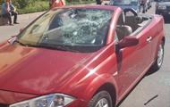 В центре Харькова девушке разбили монтировкой кабриолет