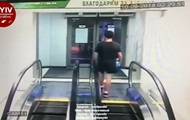 Мужчина атаковал стеклянную дверь супермаркета