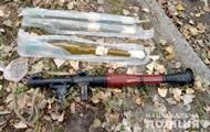 В Луганской области мужчина гулял с мешком оружия
