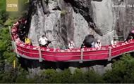 В Китае открыли необычный ресторан на скале