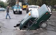 Под Киевом авто провалилось под асфальт