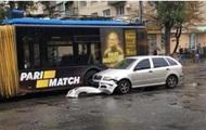 В Киеве авто влетело в троллейбус