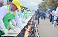В Казахстане приготовили рекордный по длине шашлык