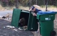 В США спасли медвежат, которые застряли в мусорнике