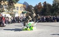 На Волыни открыли памятник пчеле