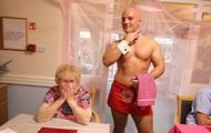 Бабушки позвали в дом престарелых голых официантов