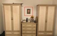 Женщина продавала шкафы и случайно показала свою грудь