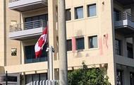 В Греции анархисты с кувалдами и краской напали на посольство Канады