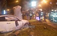 В Киеве авто снесло два дерева и загорелось