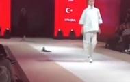 Кошка забралась на подиум во время модного показа в Турции