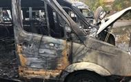 В Киеве во дворе дома сгорели четыре микроавтобуса