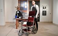 Кресло Стивена Хокинга продали на аукционе почти за $400 тыс