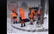 В Киеве укладывают асфальт в снегопад
