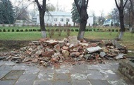 В Черновцах снесли памятник советскому писателю
