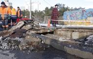 В Киеве возле метро Дарница провалился мост