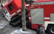 В Киеве пожарные провалились под асфальт