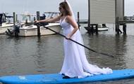 Американка в поисках жениха не снимает свадебное платье