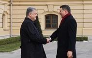 Порошенко вручил президенту Латвии высшую госнаграду Украины