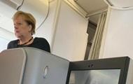 G20: Меркель сфотографировали в рейсовом самолете