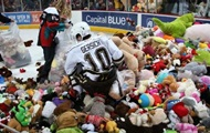 Болельщики установили рекорд, выбросив на лед почти 35 тыс. мягких игрушек