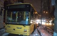 В центре Киева троллейбус выехал на тротуар