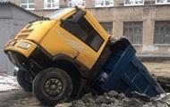 В Днепре грузовик провалился под землю