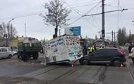 В Николаеве из грузовика на легковушку во время движения выпал киоск