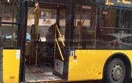 В Киеве пассажир троллейбуса разбил головой стекло, водитель скрылся