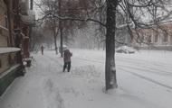 На Полтавщине из-за снегопада закрыли дороги и школы