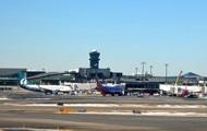 В американском аэропорту рухнул трап с пассажирами