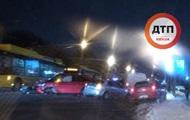 В Киеве столкновение двух авто и троллейбуса закончилось дракой