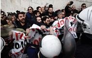 В Афинах полиция применила слезоточивый газ против протестующих учителей