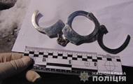 В Киеве грабители приковали жертву наручниками на улице