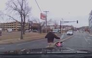 В США малыш в автокресле на ходу выпал из машины