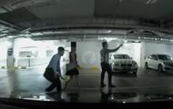 Извращенец, заглядывающий под юбки, попал на видео