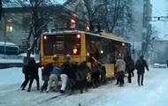 В Киеве пассажиры толкают троллейбус