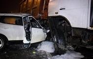 В Киеве грузовик раздавил легковушку