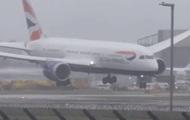 В Британии ураган снес самолет во время посадки