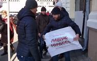 Во время визита Порошенко в Харьков активистам порвали плакаты