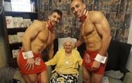 Британку на 100-летие поздравили голые официанты