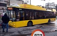 В Киеве под троллейбусом провалился асфальт