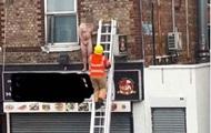 В Британии голого клиента массажного салона выставили через окно