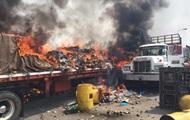Три грузовика с гумпомощью Венесуэле сгорели